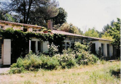 Luberon, proche Menerbes, bâtiments au fond d'une ancienne carrière luxuriante