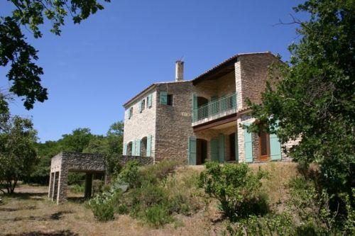 Maison à Gordes, propriété au calme sans être isolée, superbe vue