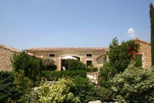 Gordes, maison de village en U avec jardin de 1963 m²