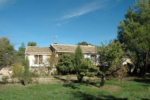 Proche Gordes, villa sur 2100 m² avec murs en pierre