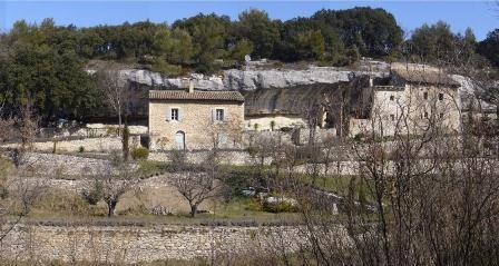 Luberon, mazets en pierre dans un lieu magique, habitat troglodyte