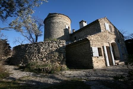 Moulin aggrandi à Gordes, en bordure de village