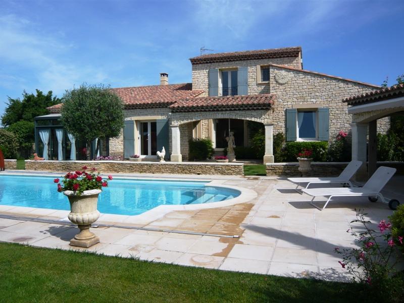 Maison proche Gordes avec piscine et jardin paysagé