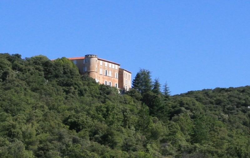 Le chateau de Lioux en Provence, face au Luberon