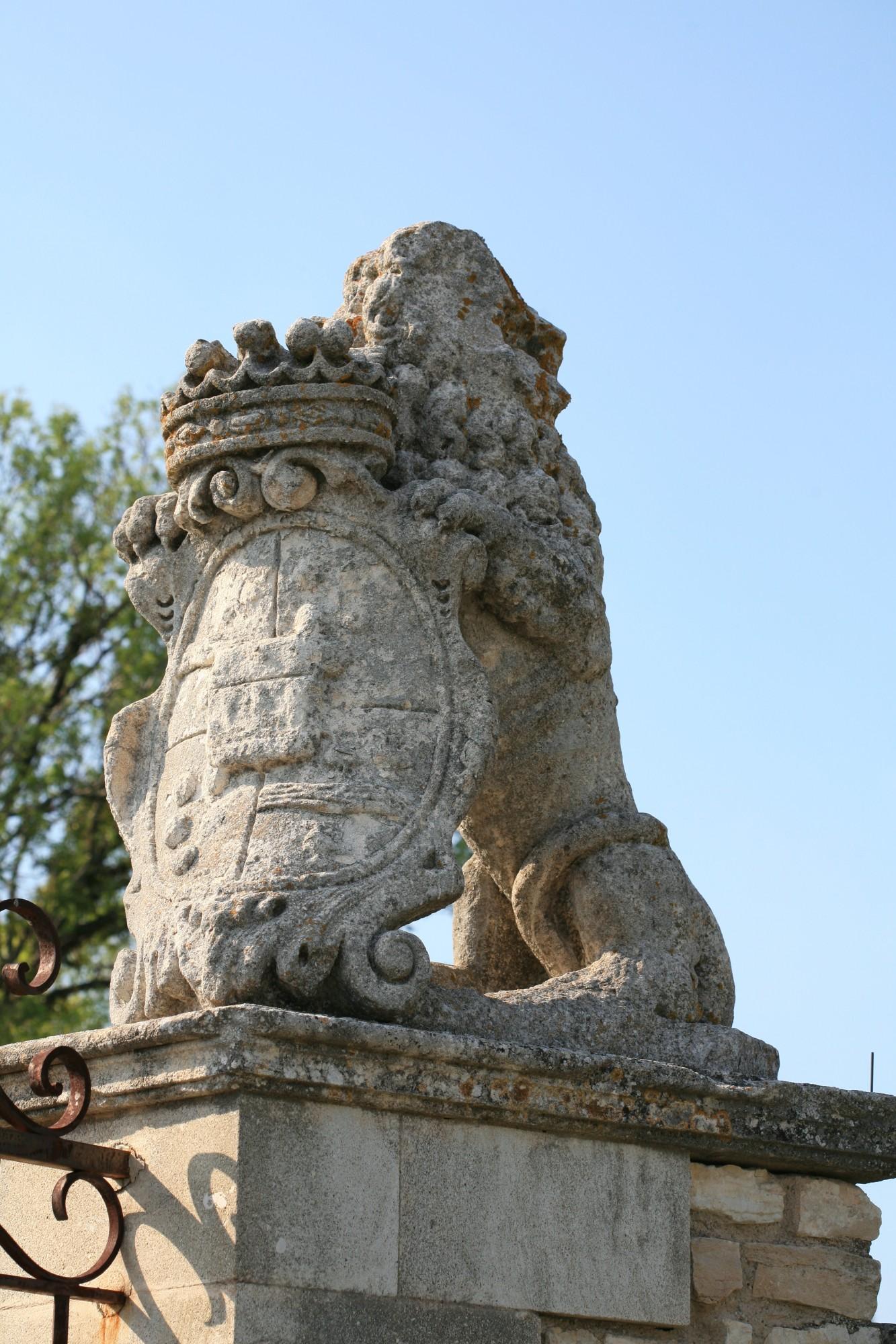 Détail de l'entrée du chateau de Murs