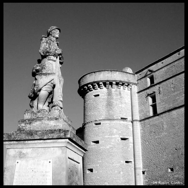 Monument aux morts et chateau de Gordes