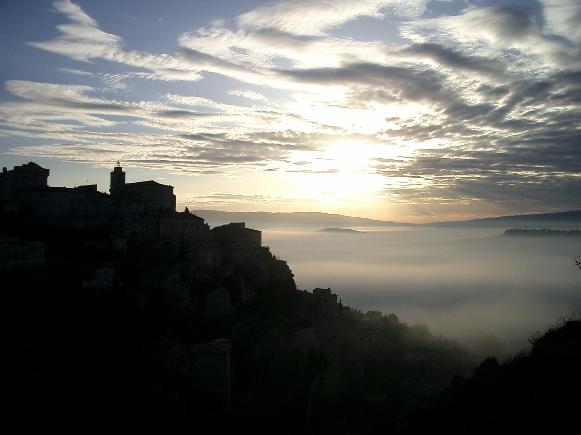 Levé de soleil sur le village de Gordes