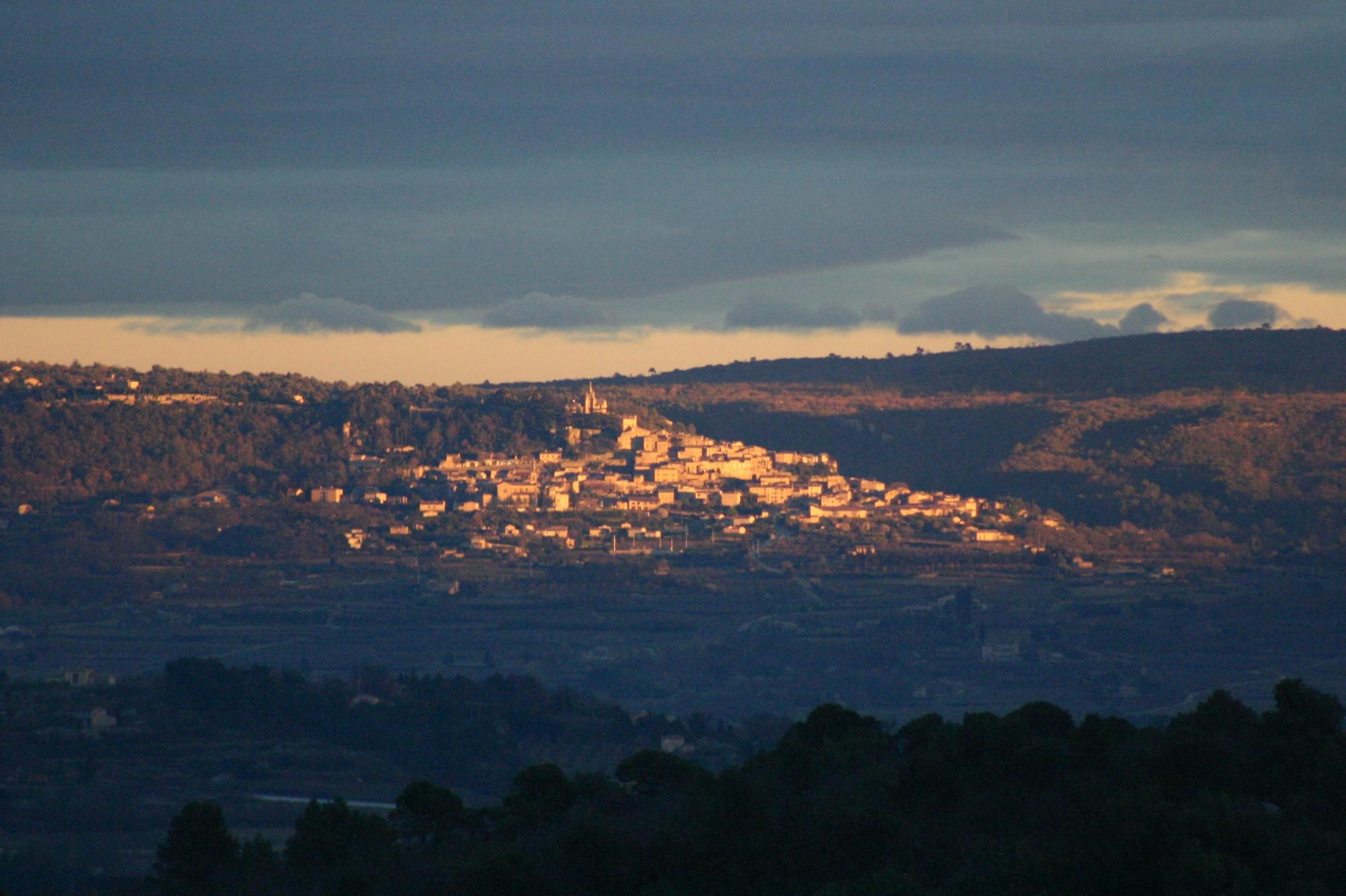 Coucher de soleil sur le village de Bonnieux en Luberon