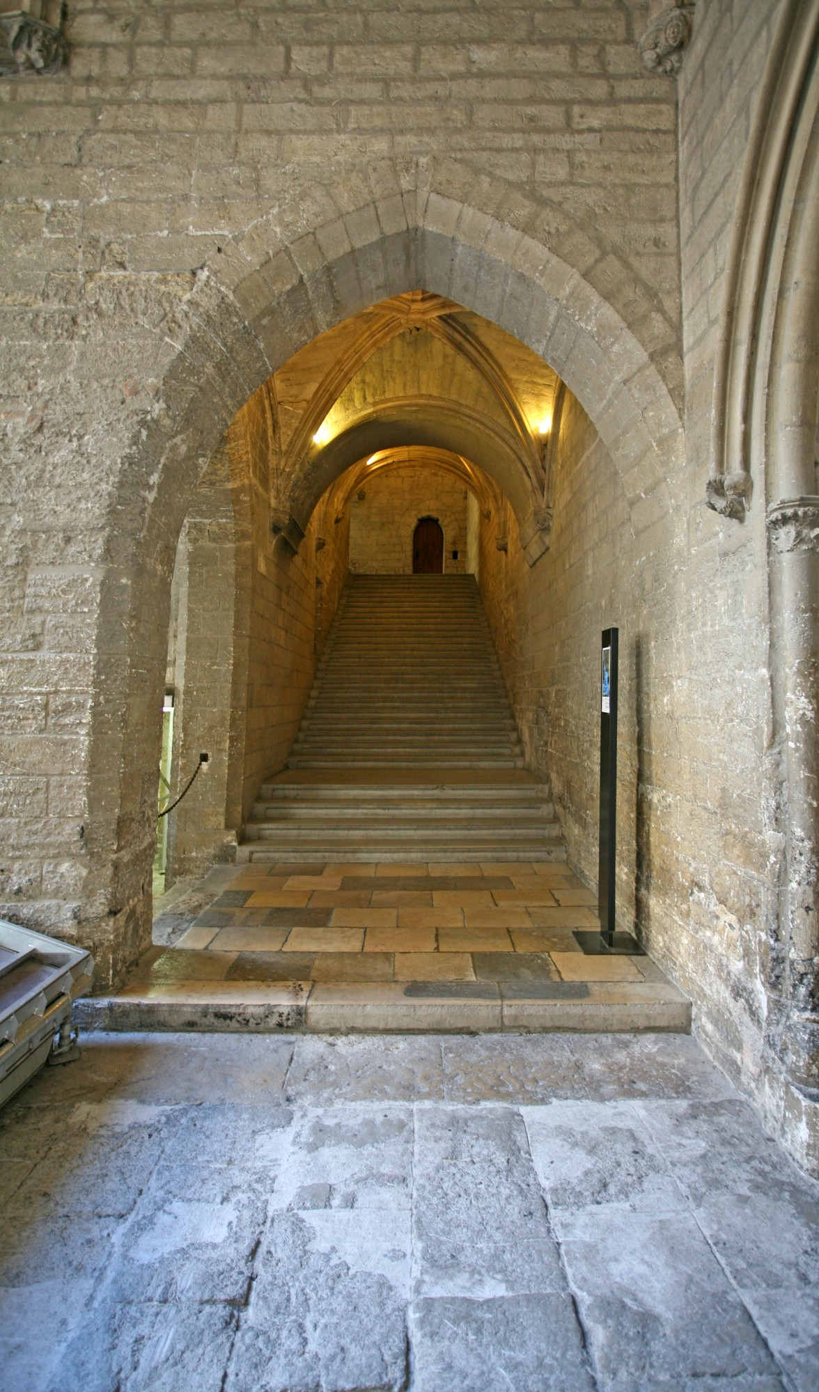 Le Palais des Papes, entrée de la grande chapelle
