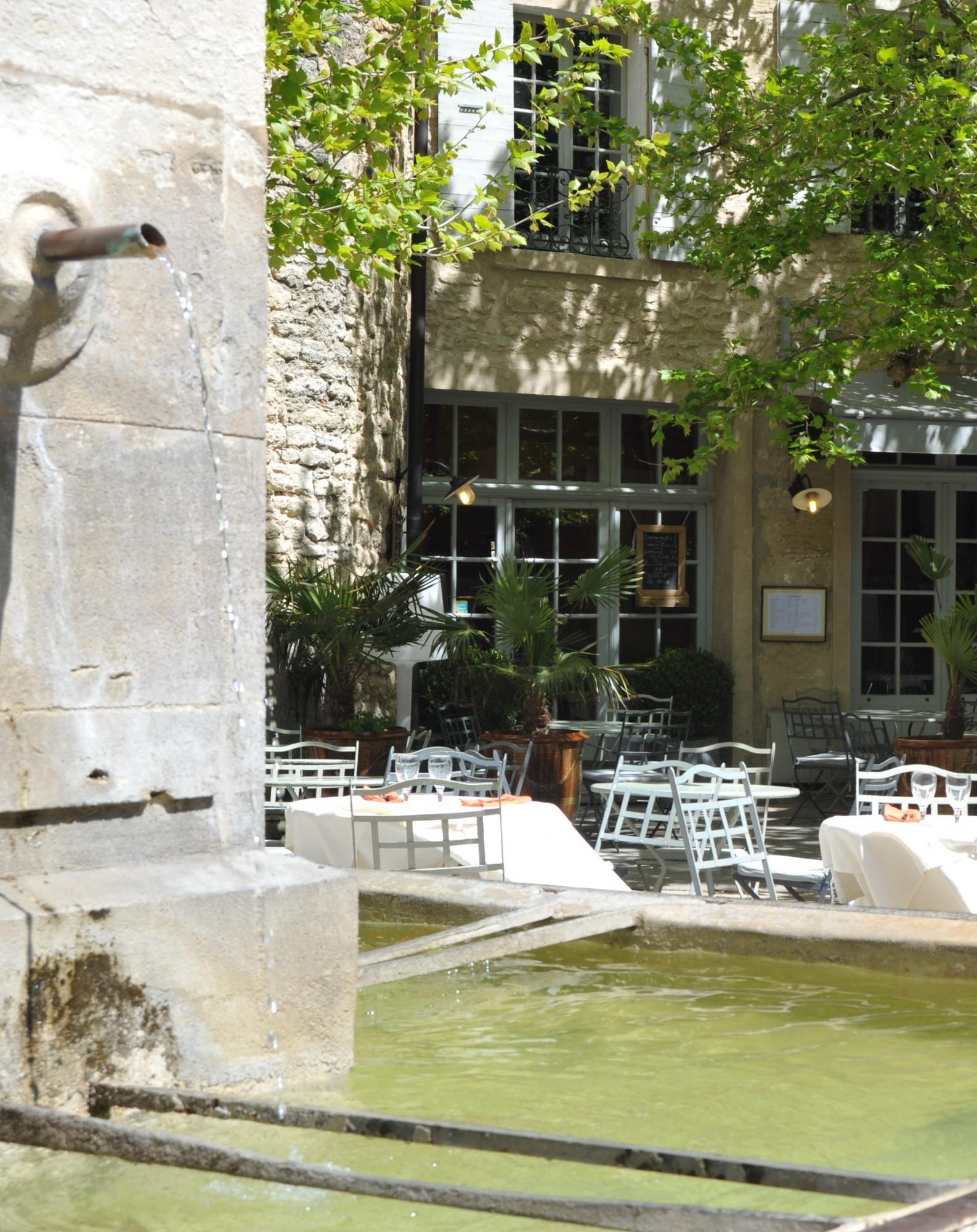 Un village provençal avec sa fontaine