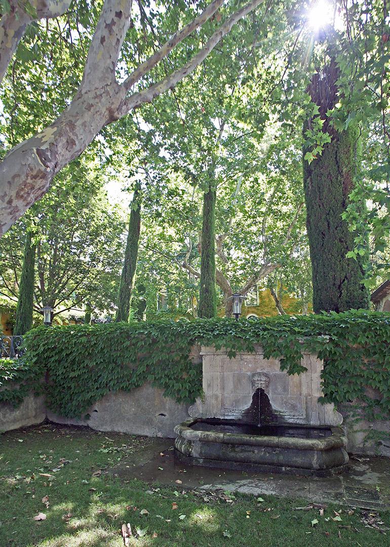 Fontaine en Provence à l'ombre des platannes