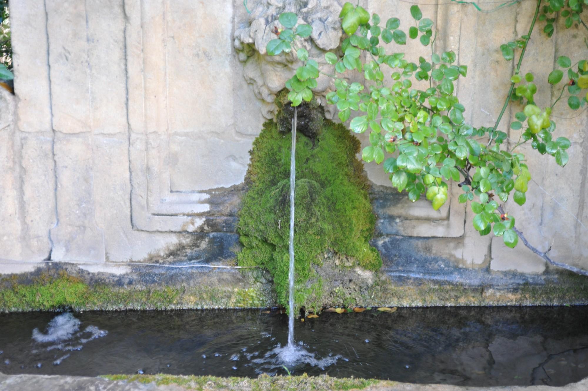 Fontaine discrète en Luberon