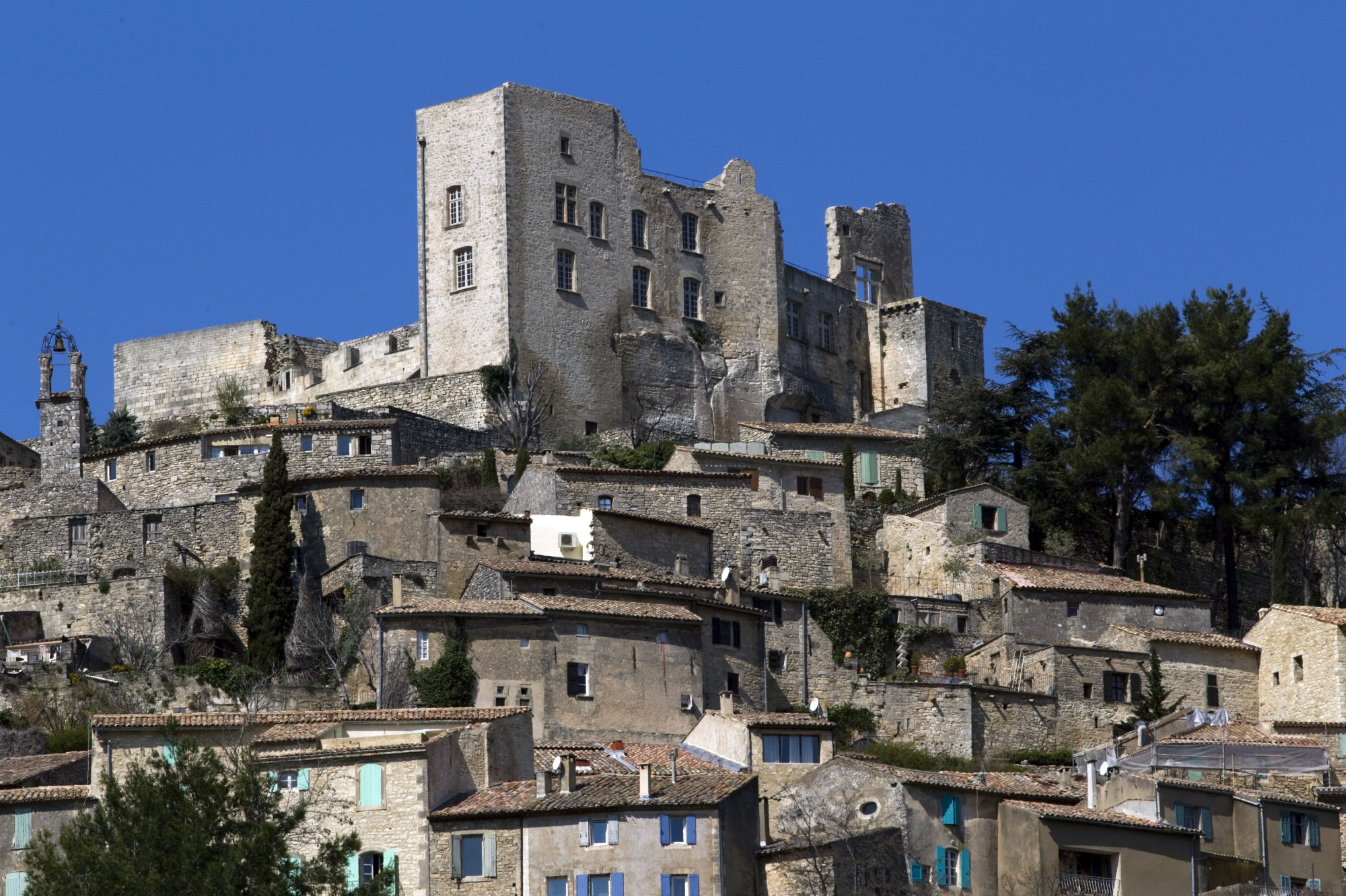 Le chateau de Lacoste au sommet de son village en Luberon