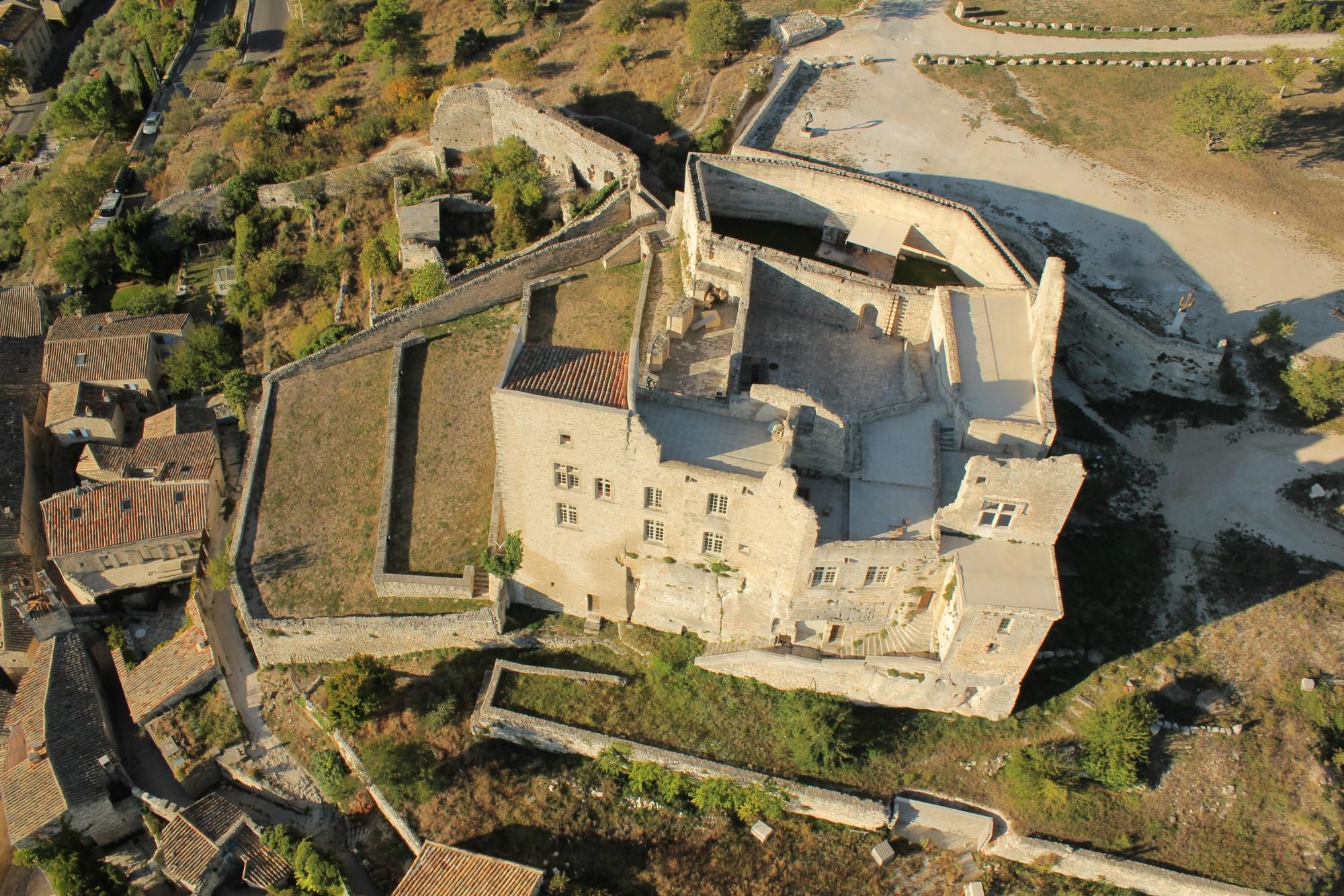 Le chateau de Lacoste vu du ciel