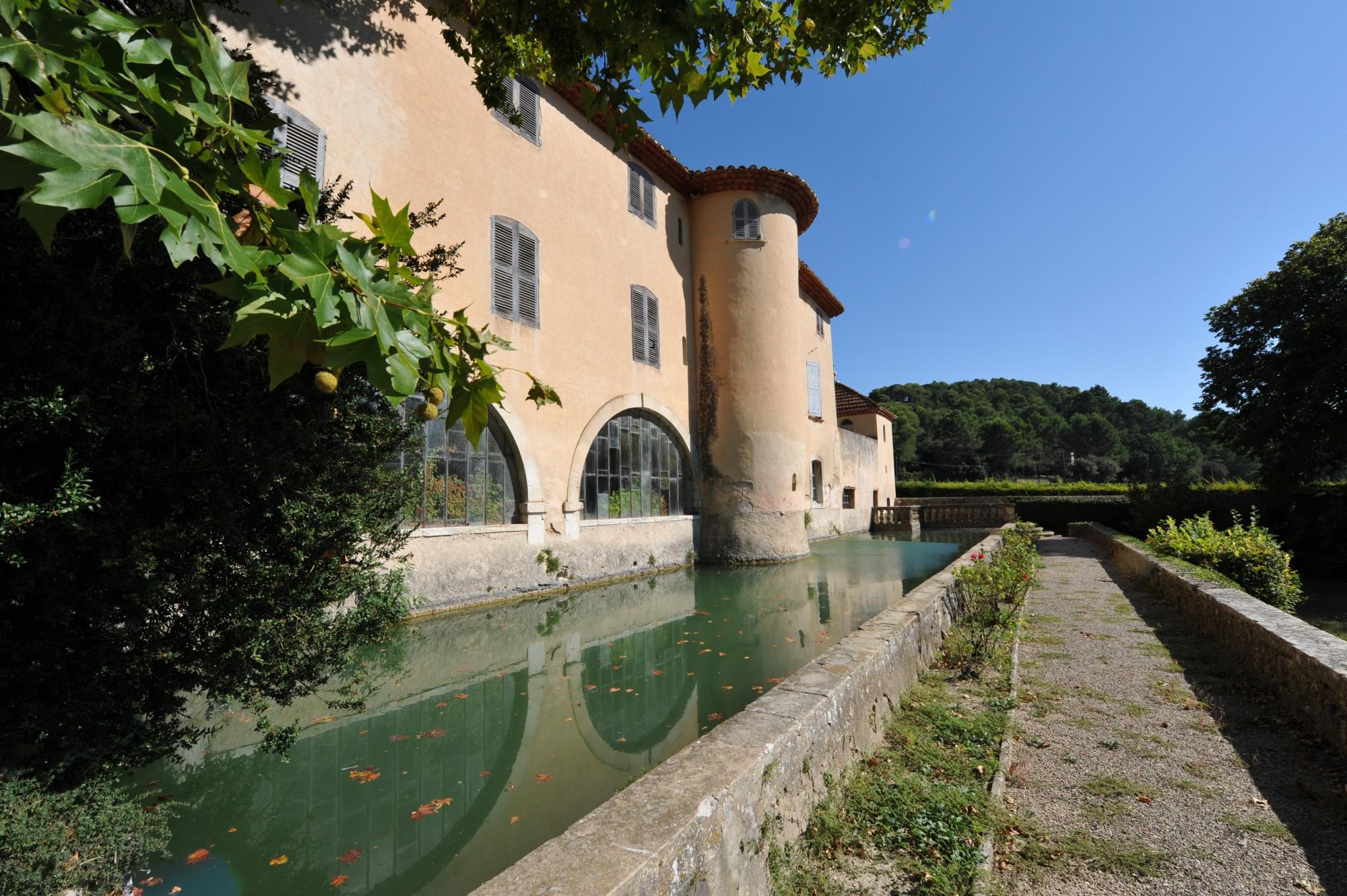 Douve d'un chateau du Luberon