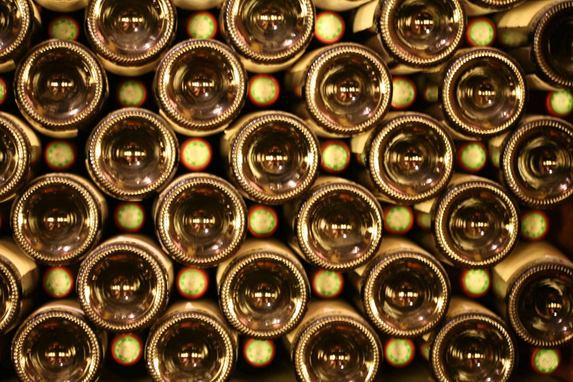 Bouteilles de vin rangées