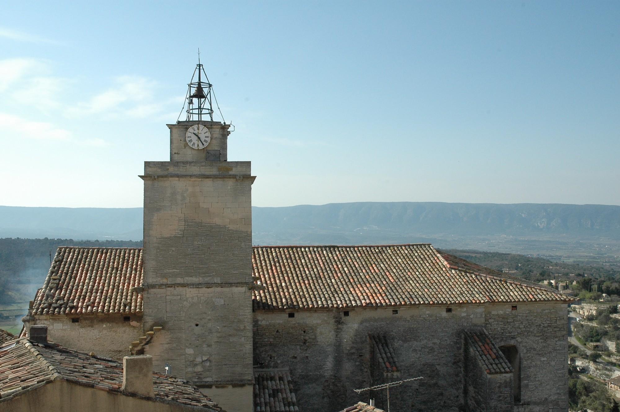 Le clocher et le toit de l'église de Gordes