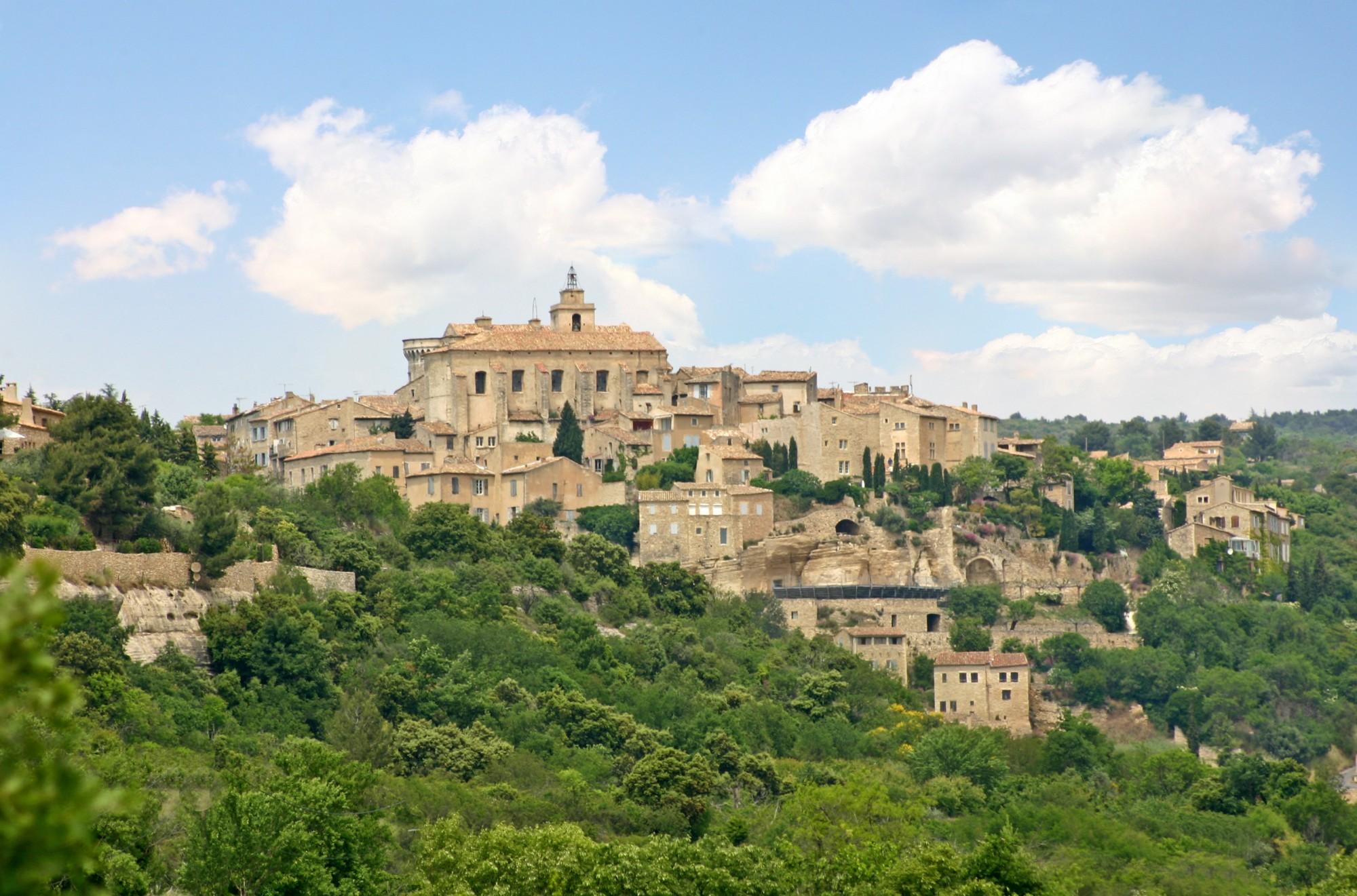 Le village de Gordes et son église au sommet