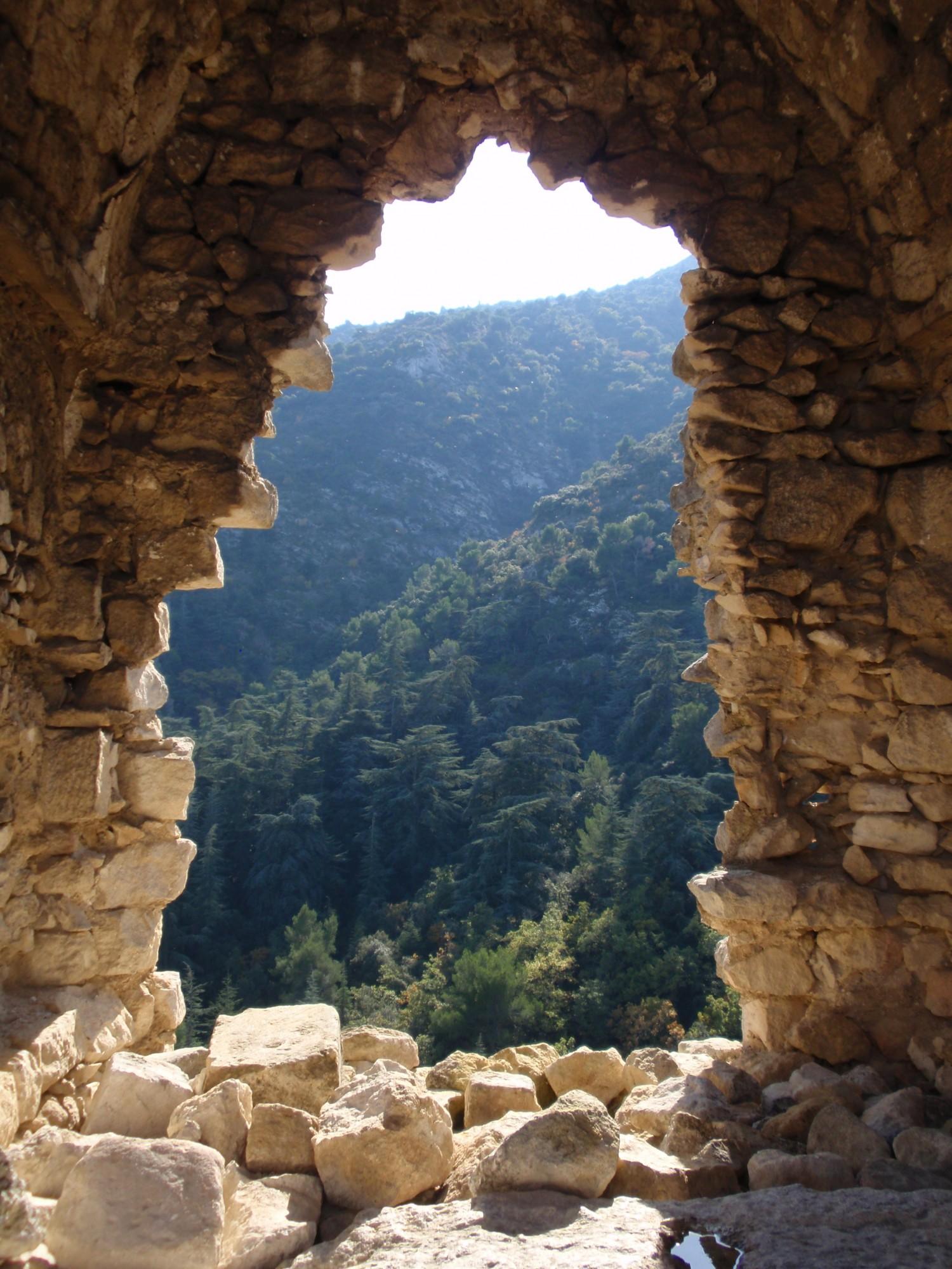 Vue par l'un des trous des murs du chateau d'Oppède-le-vieux