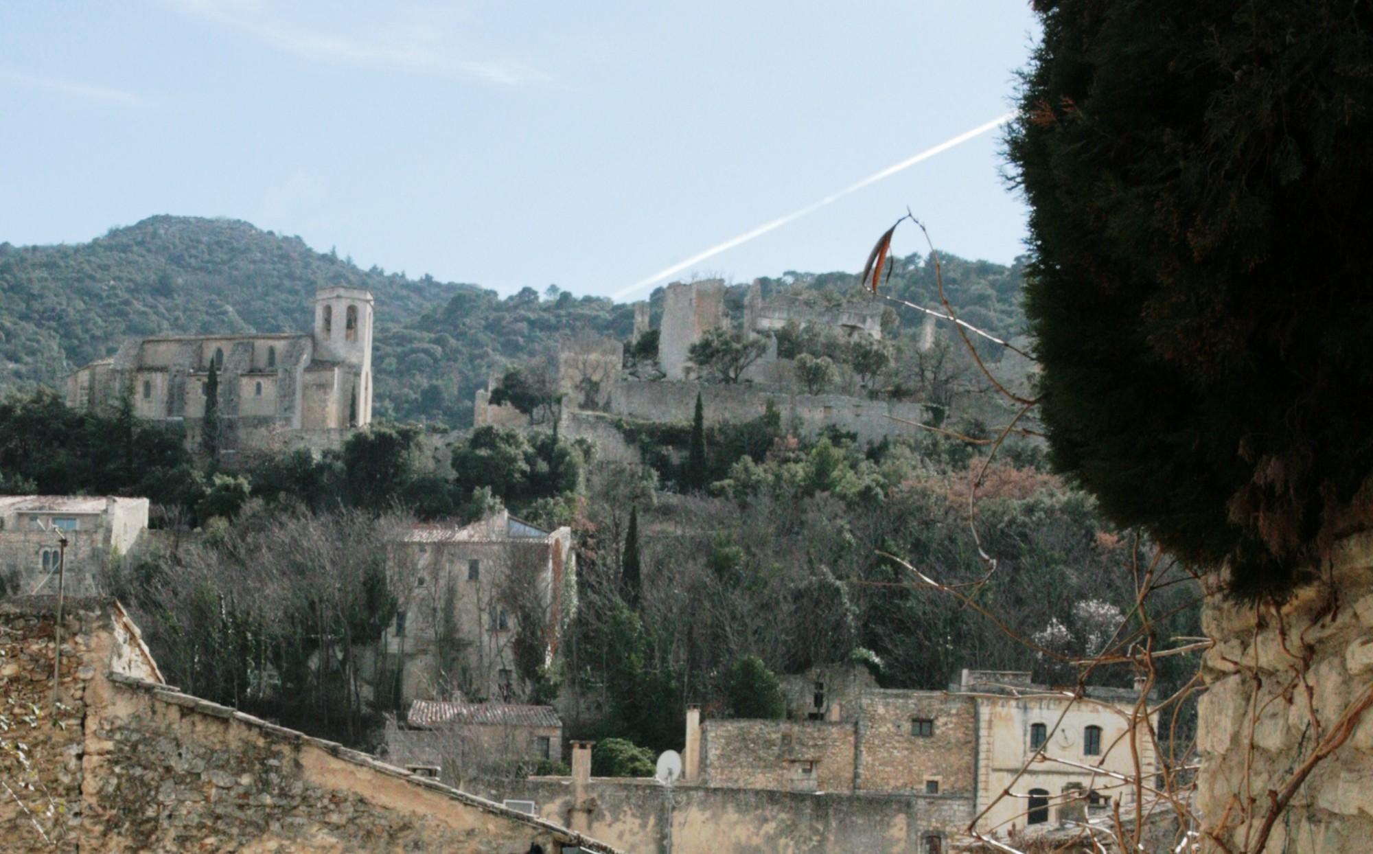 Le chateau depuis le bas d'Oppède-le-Vieux
