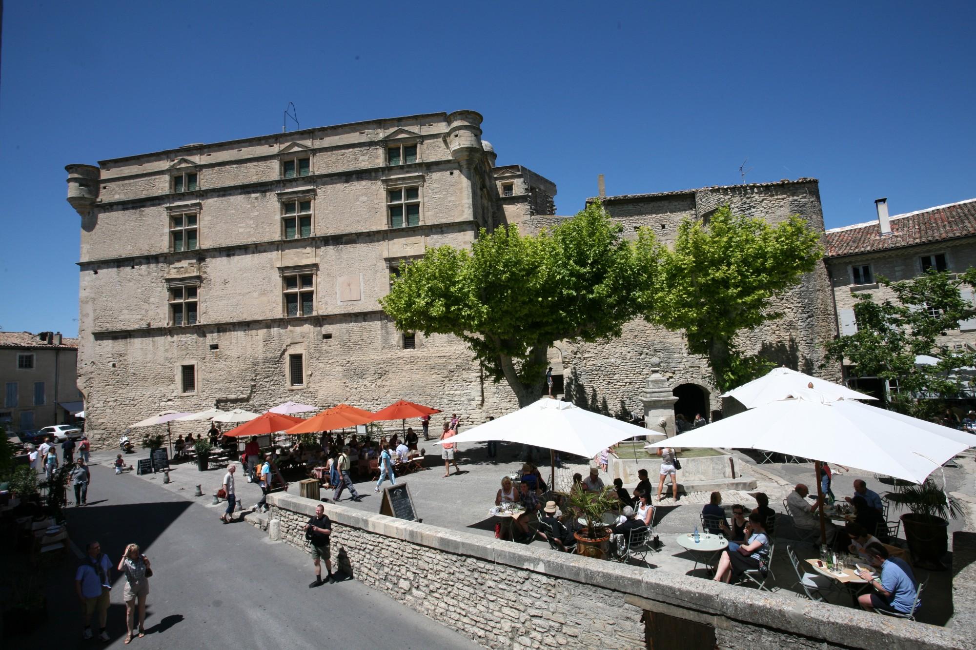 Le marché à Gordes depuis l'agence Rosier, Luberon