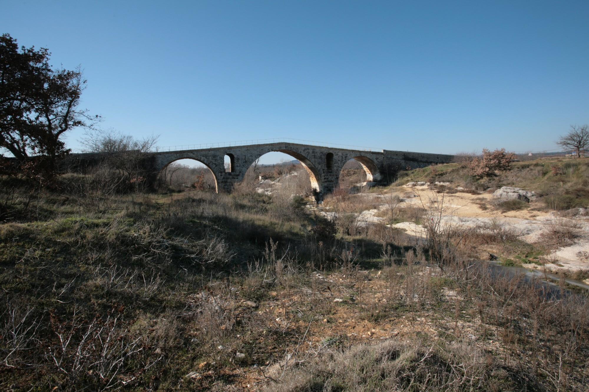 Vue sur le Pont Julien de Bonnieux depuis l'aval