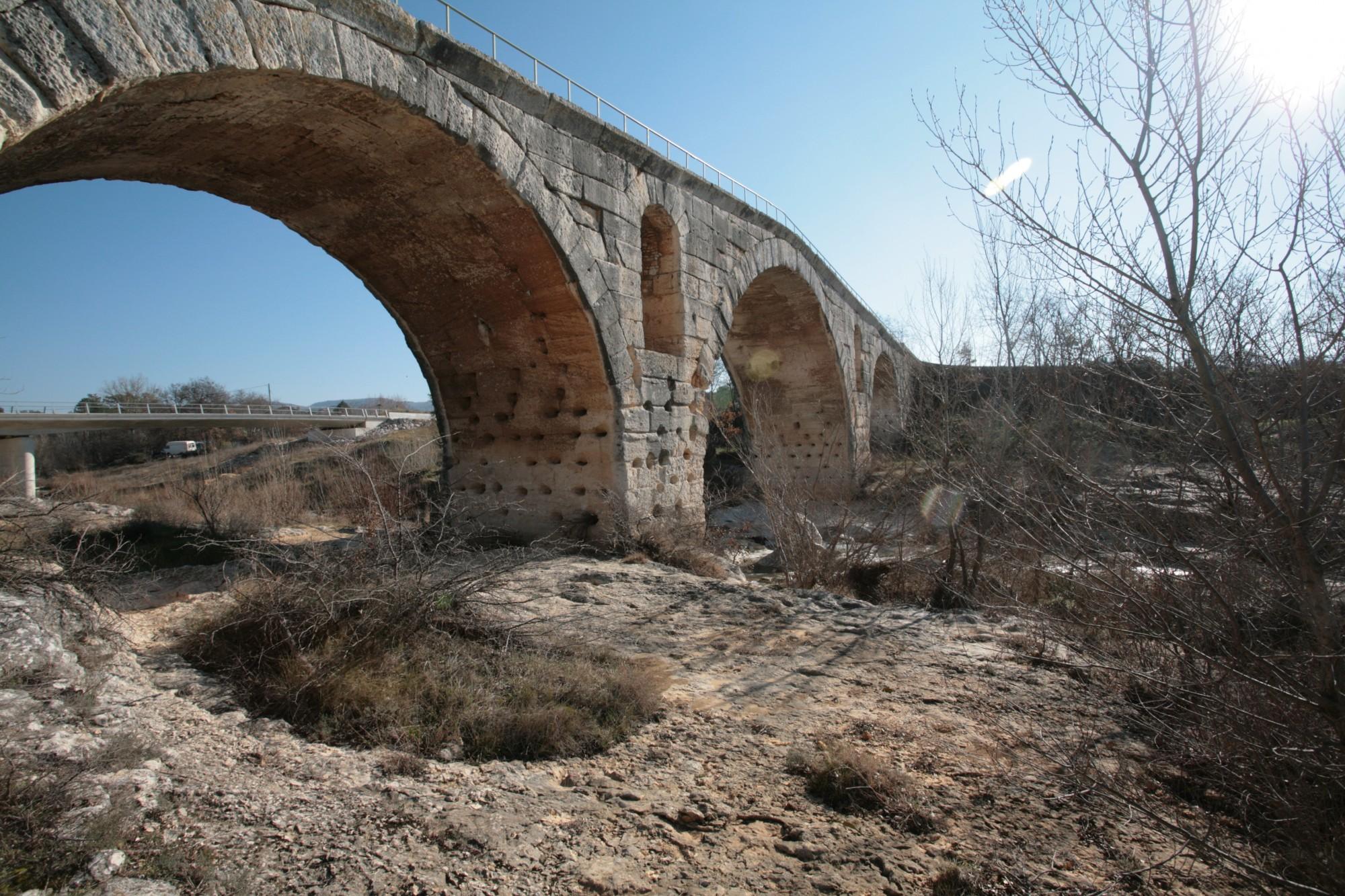 Le Pont Julien de Bonnieux, vue latérale