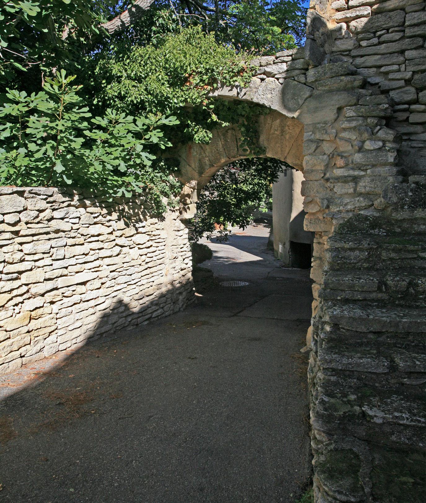 Porte intérieure du vieux village de Goult en Luberon