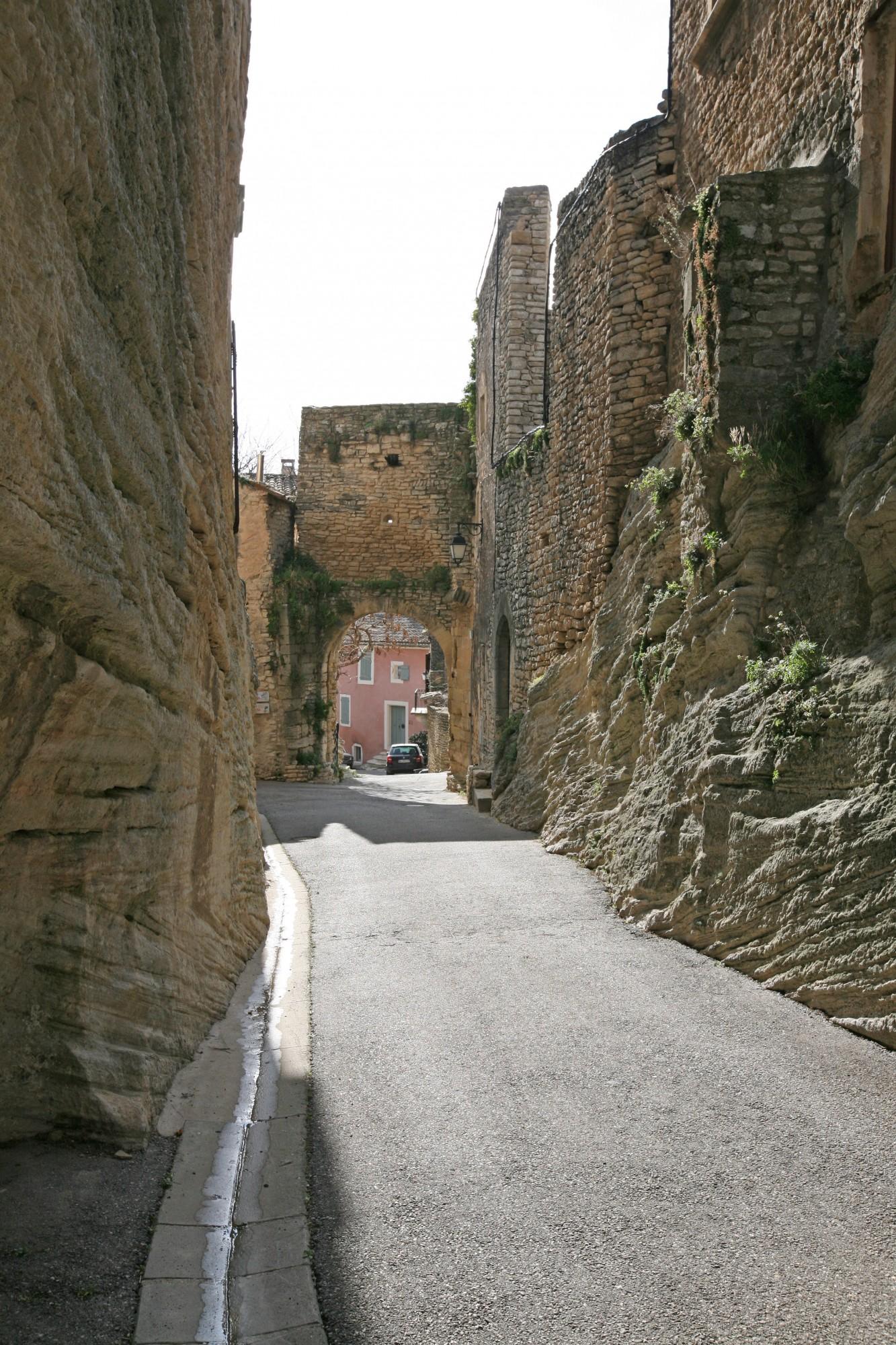 Le vieux Goult, Fortifications en Luberon