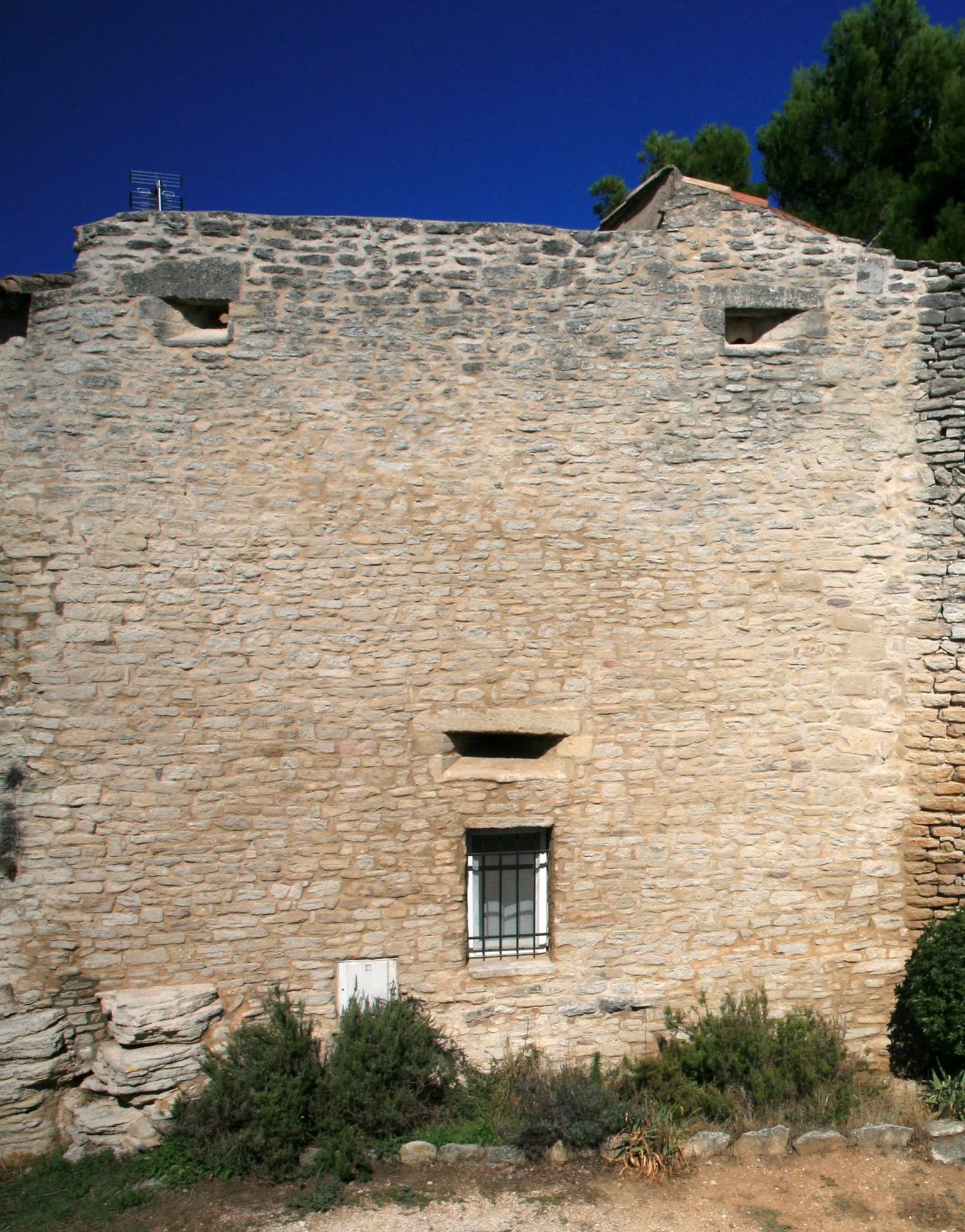 Mur d'enceinte et meurtrières, Goult, Luberon