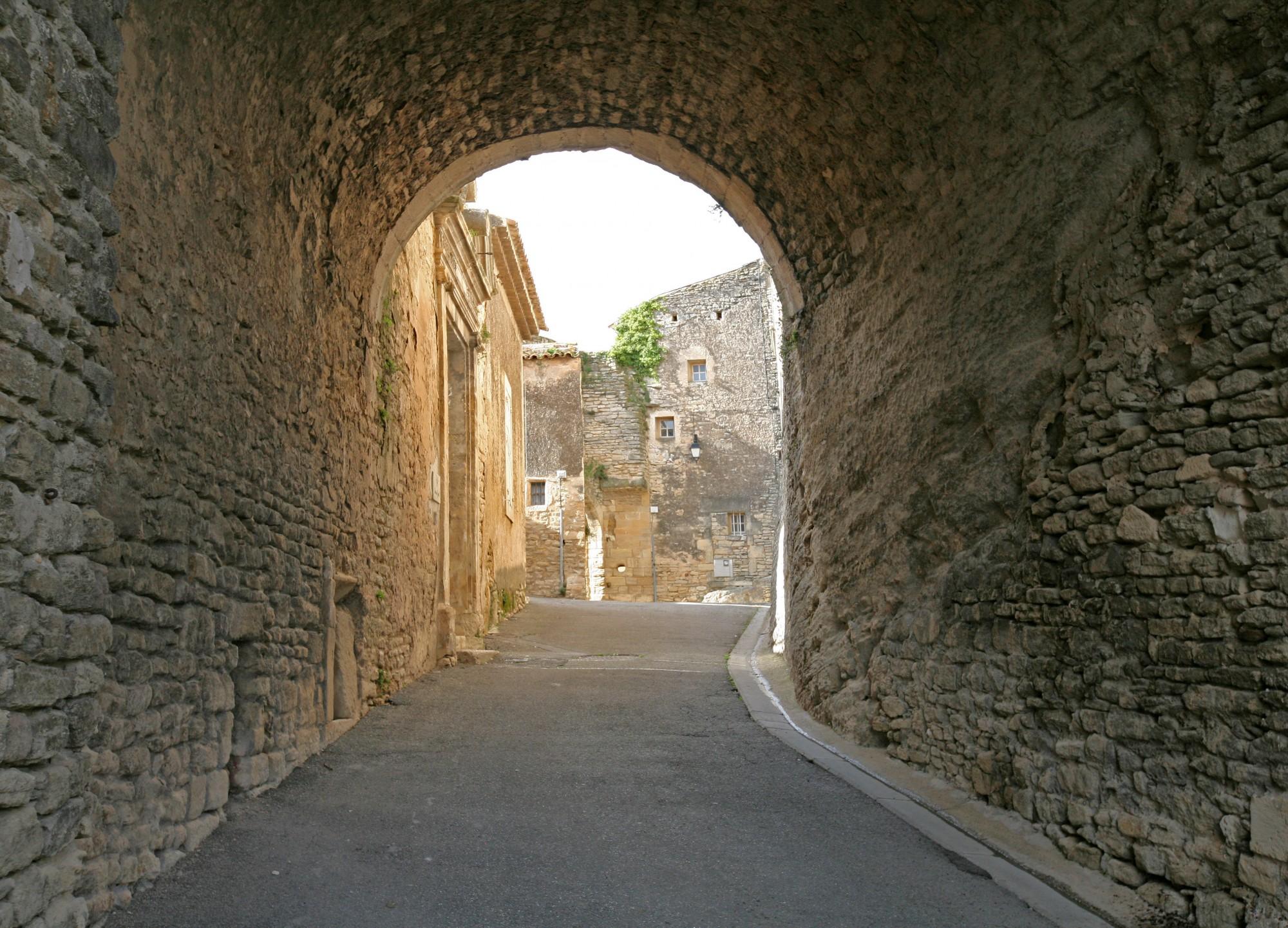 Passage sous le chateau de Goult, Luberon