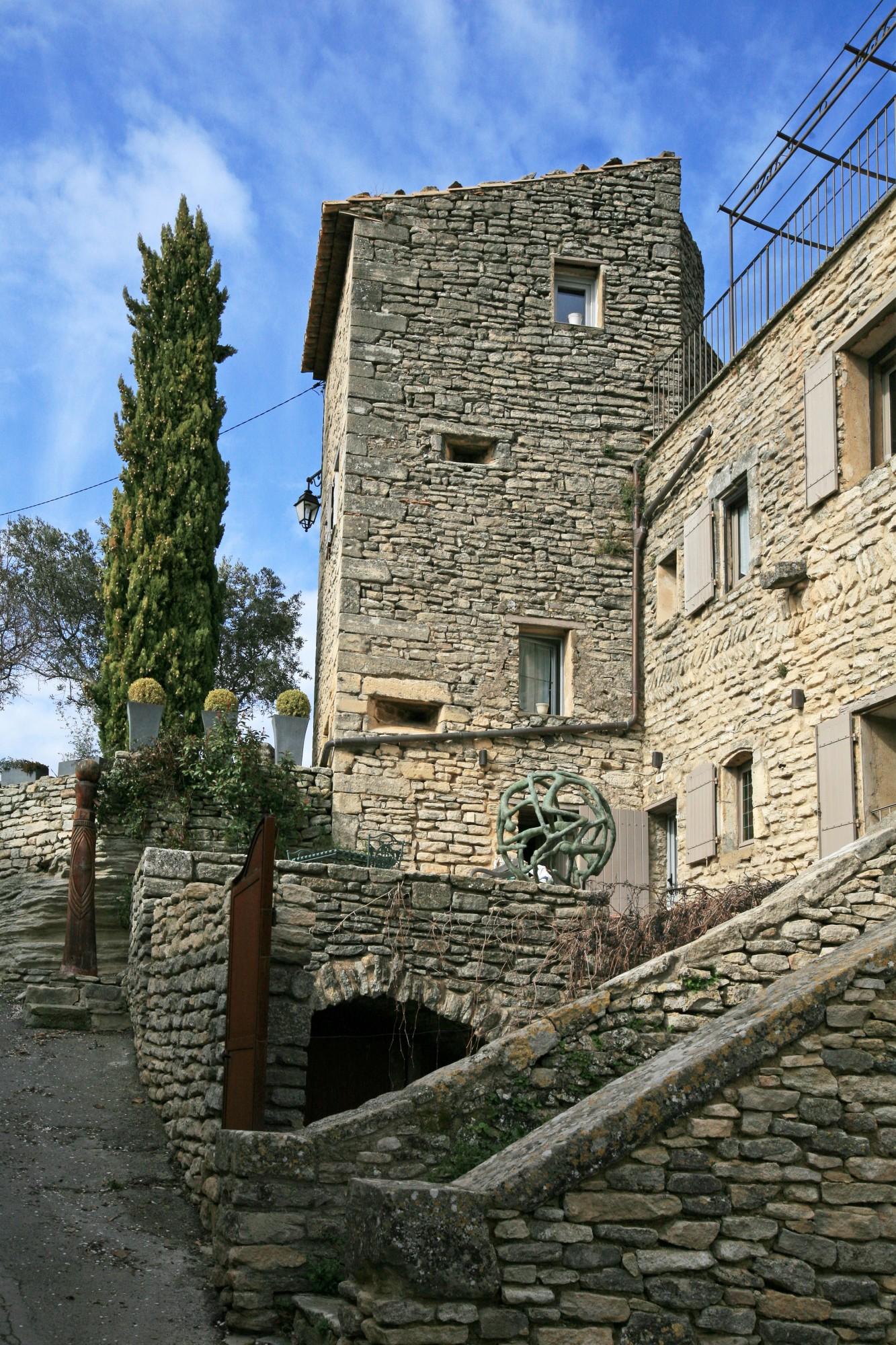 Maisons en pierre du vieux Goult avec des meutrières