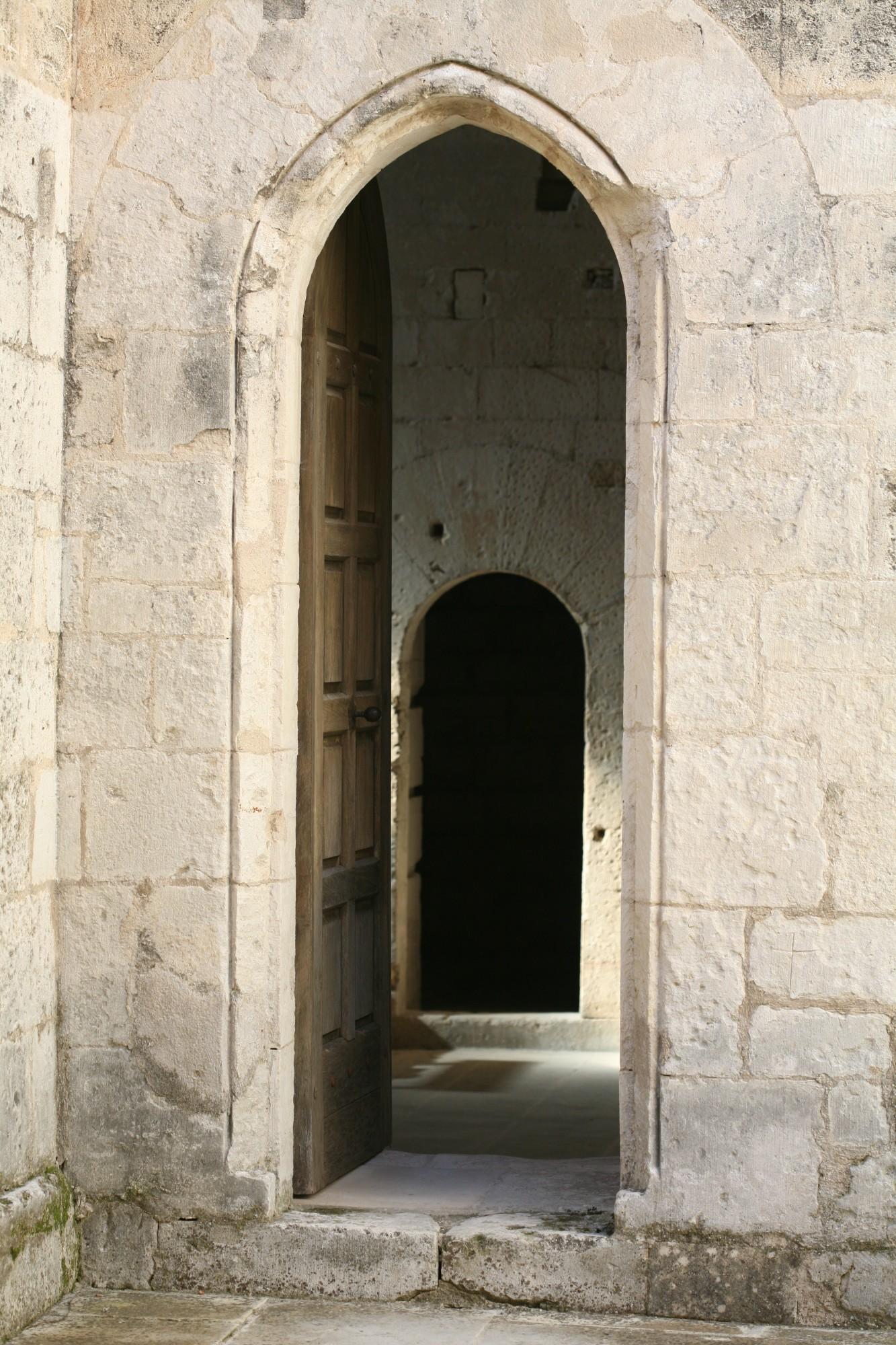 Porte avec linteaux en ogive, Abbaye de Saint-Hilaire à Ménerbes