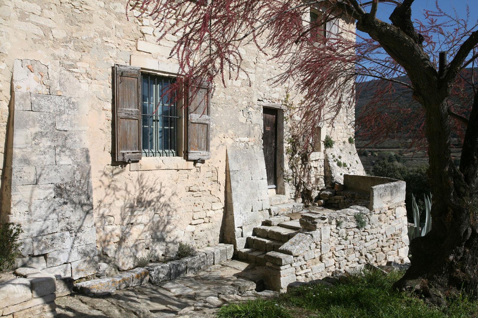 Détail du mur extérieur, Abbaye Saint-Hilaire, Vaucluse