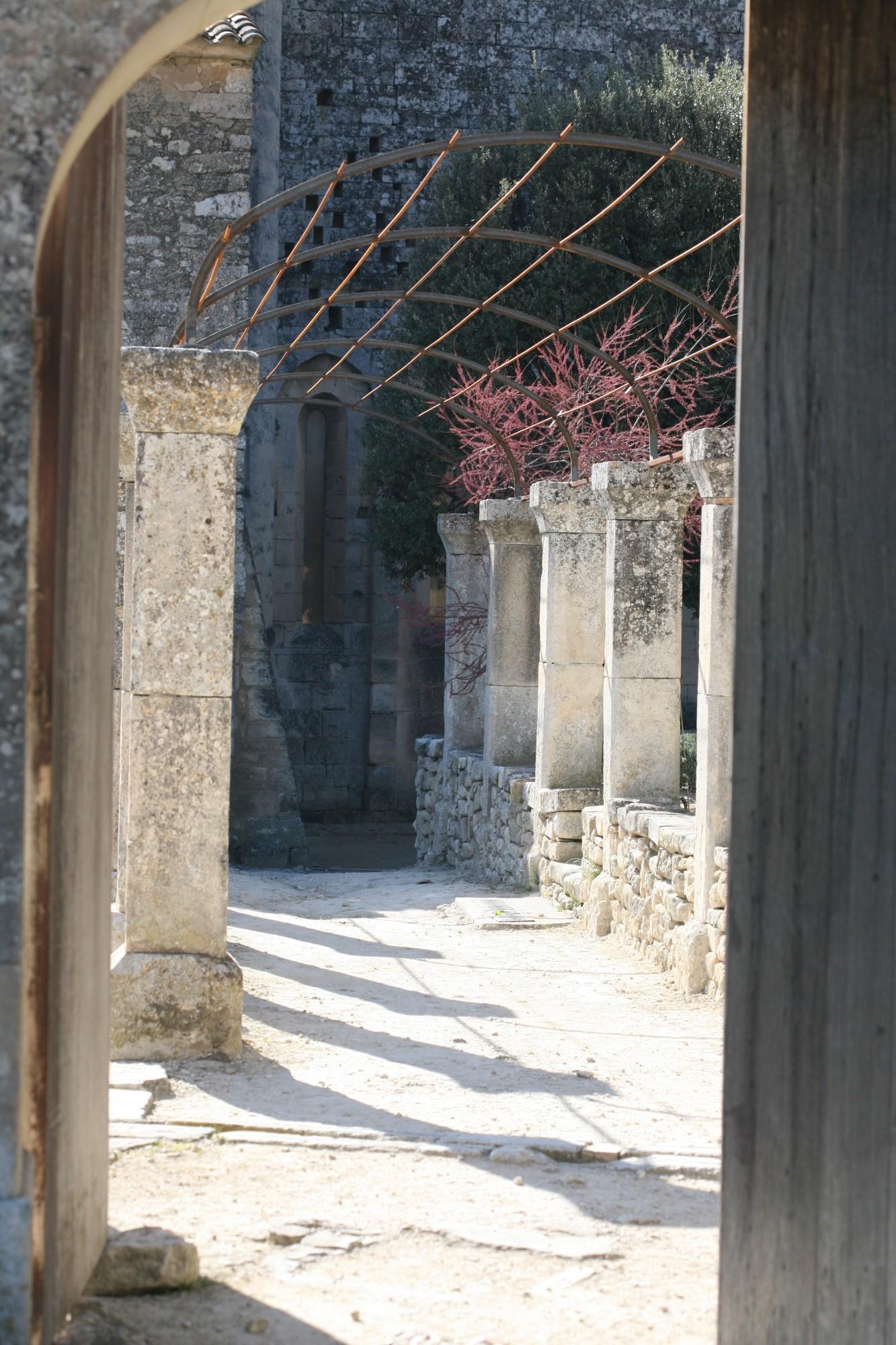 La cour extérieure de l'Abbaye Saint-Hilaire, Ménerbes