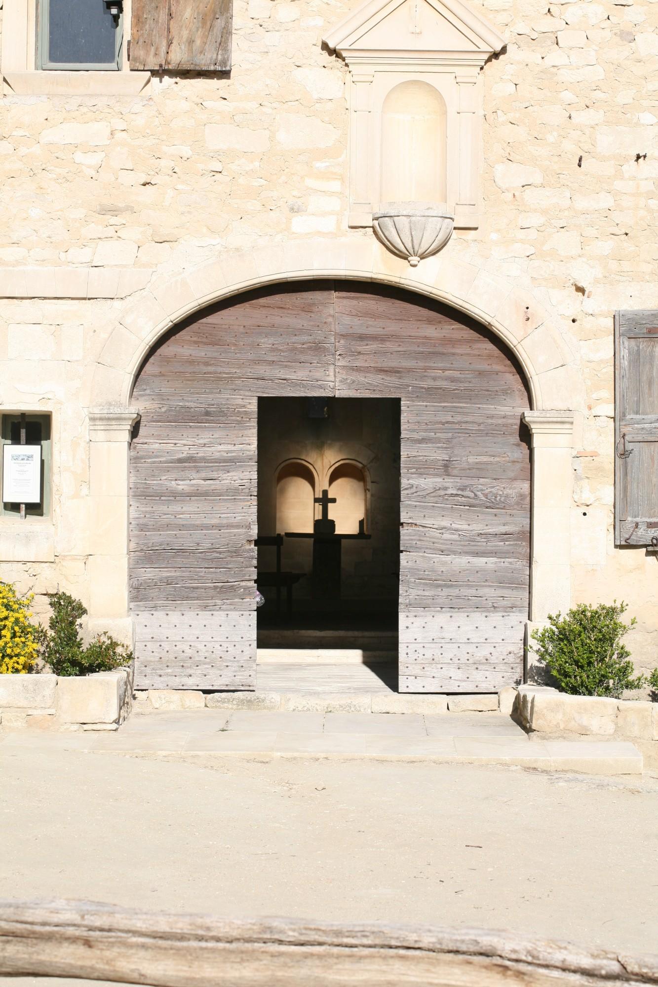 vue vers la chapelle de l'Abbaye Saint-Hilaire à Ménerbes