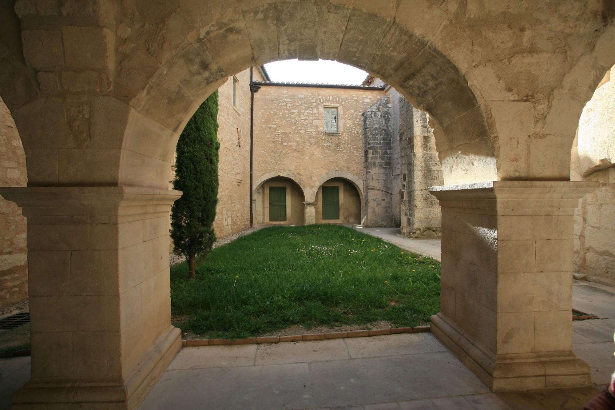 Le cloitre de l'Abbaye Saint-Hilaire de Ménerbes
