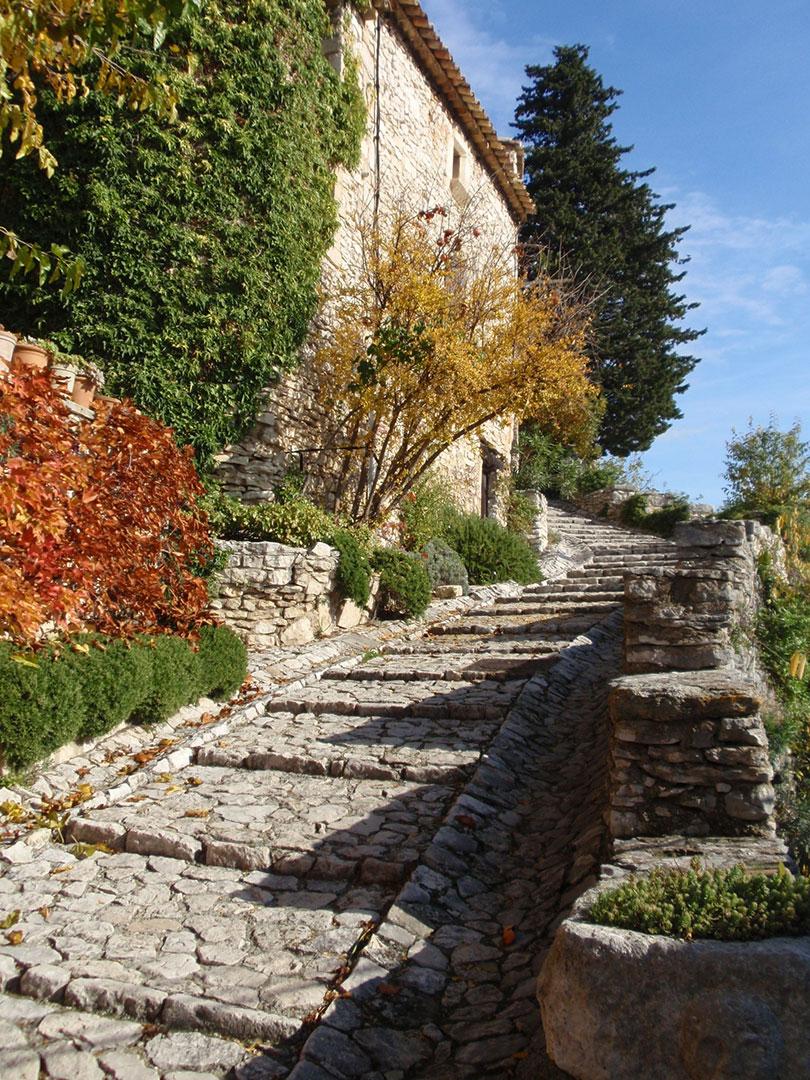 Ruelle en calade à Joucas, Vaucluse