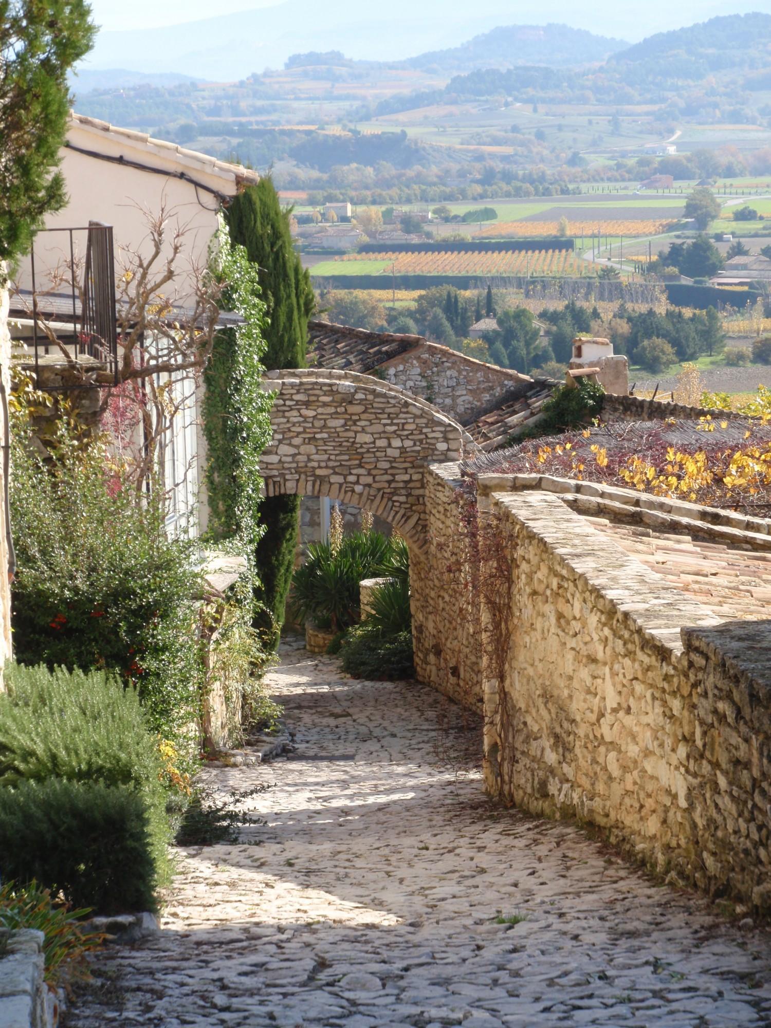 Rue au sol en pierre (calade) sur joucas, Luberon