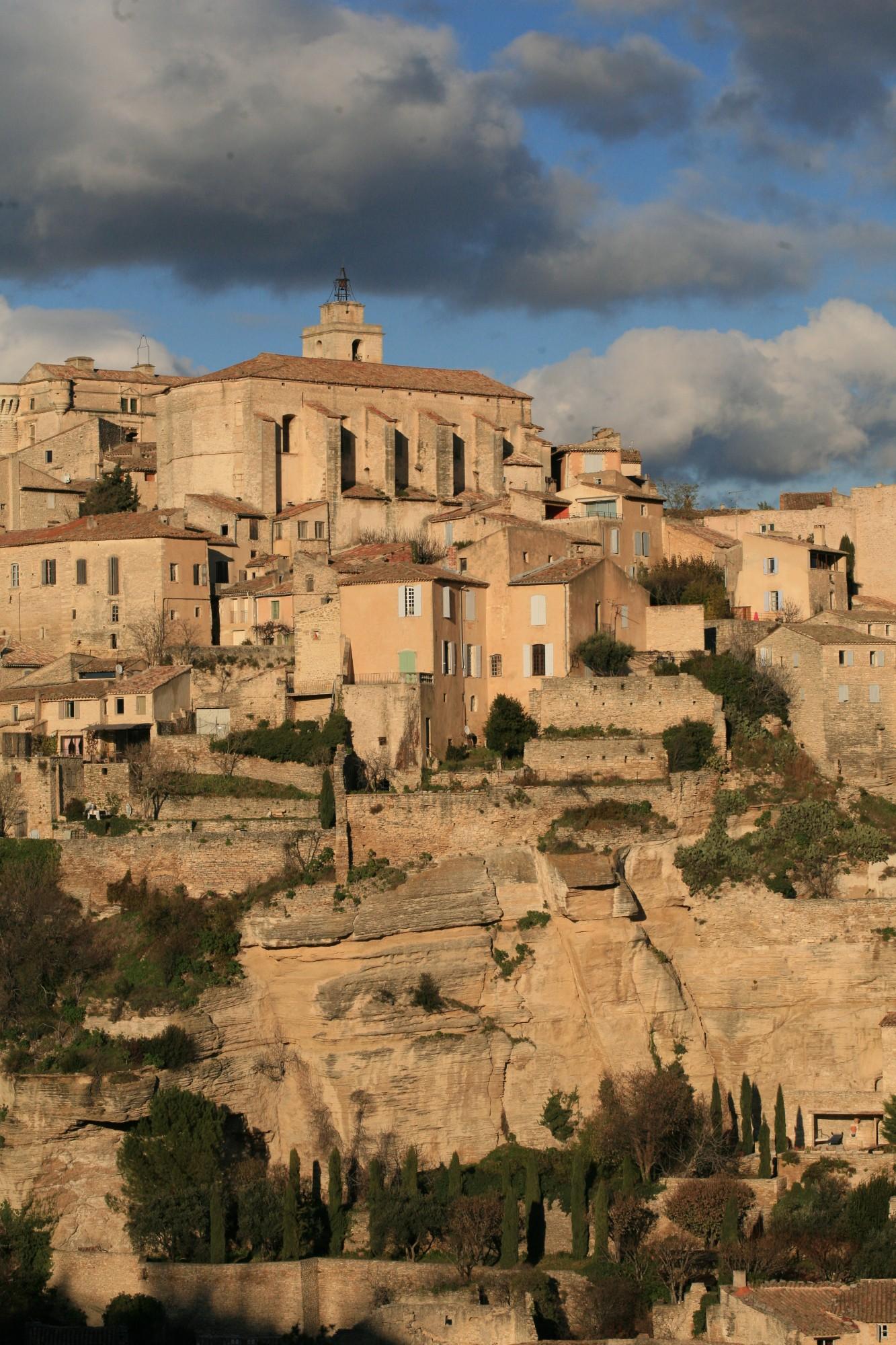 Gordes, village perché du Luberon posé sur de nombreux rochers