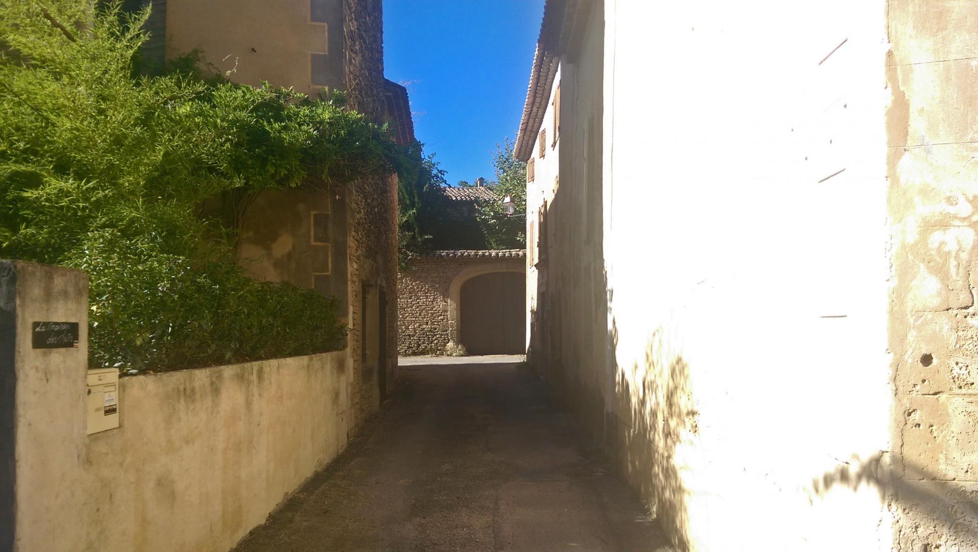 Les Imberts, le plus gros hameau de Gordes, face au Luberon