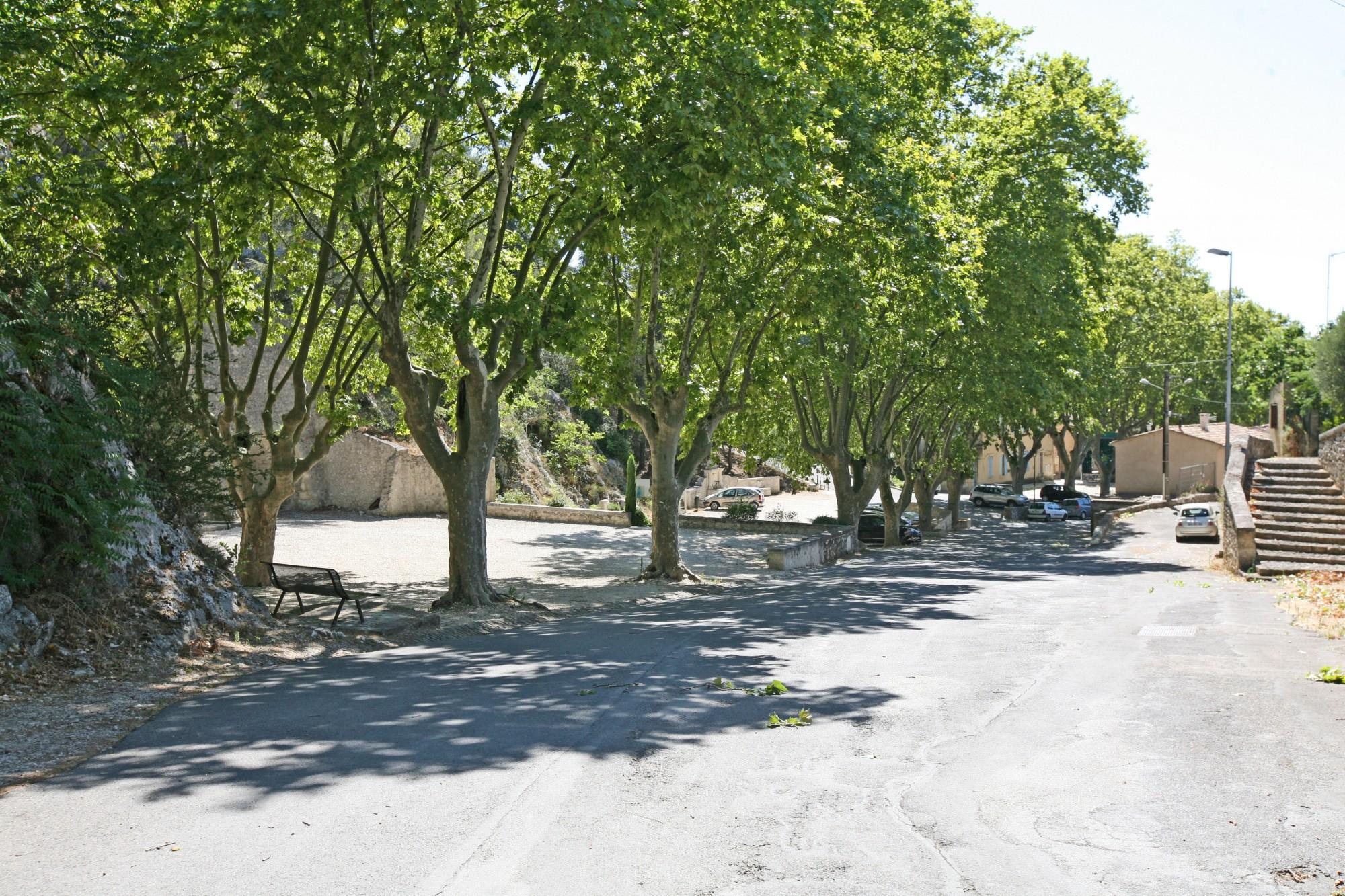 Robion en Luberon, entre les Taillades et Maubec, sur la route de Gordes.