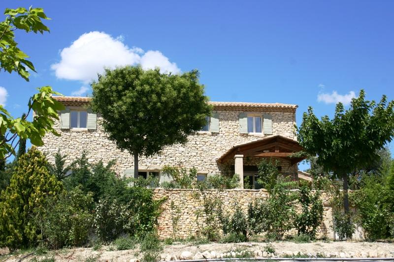 Mazet en pierres de Gordes avec piscine et vue sur le Luberon