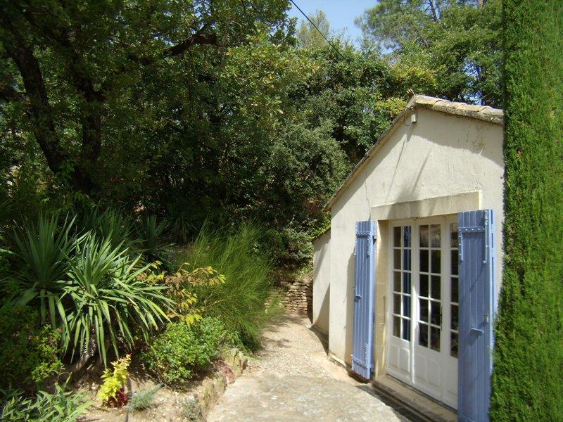 Petite maison agréable en luberon plain pied et petit jardin