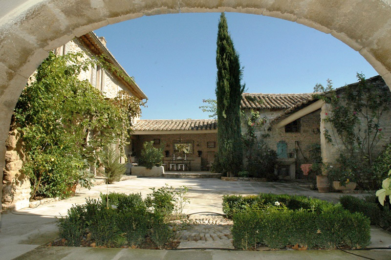 Mas XVIIIème en Luberon avec cour fermée proche Gordes en Provence