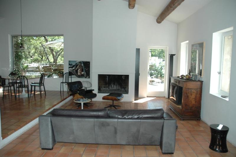 Luberon, maison dans la garrigue avec tennis et piscine