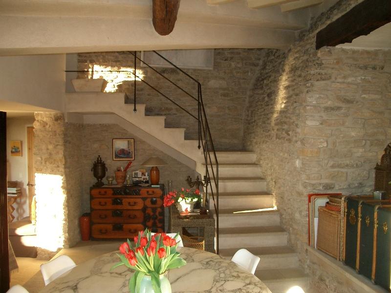 Luberon, maison en pierre avec piscine et vue, en bord de village