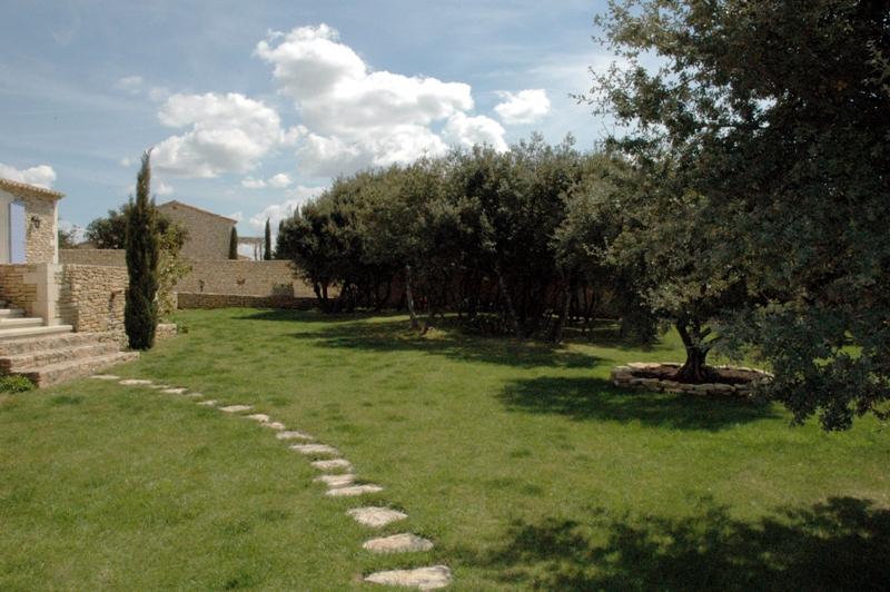 Maison en pierre de Gordes avec vue à l'orée d'un hameau du Luberon nord