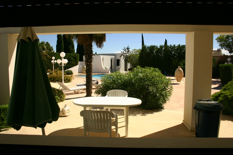 Proche Avignon, maison contemporaine avec piscine et tennis