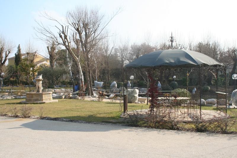Provence, entre Avignon et le Luberon, à vendre, domaine comprenant une grande maison avec 4 gîtes avec jardin privatif, piscine à débordement, pool house, tennis, sur plus d'un hectare de terrain